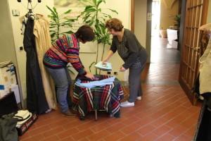 Erina e Isabella preparano gli abiti prima di essere indossati.