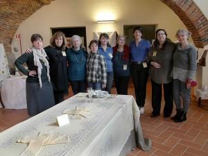 """Foto di gruppo delle partecipanti alla mostra """"Intrecci di fili"""" 2011"""