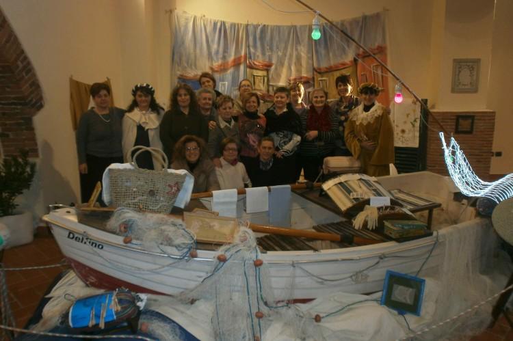 """Foto di gruppo delle partecipanti alla Mostra """"Intrecci di fili"""" 2012"""