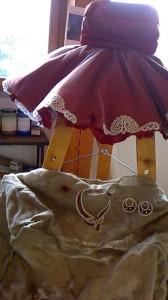 Particolare di vestito con intarsi ed accessori eseguiti al Tombolo in mostra