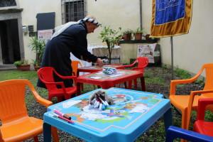 I preparativi dei tavoli del Laboratorio di Disegno per bambini